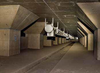 Под потолком протянуты толстые трубы вентиляционной системы, идущие к техническому зданию на поверхности.
